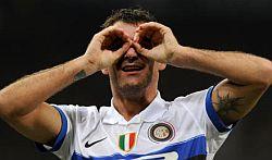 Dejan Stankovic, gol da centrocampo in Genoa-Inter 0-5
