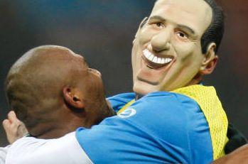 Marco Materazzi con la maschera di Berlusconi