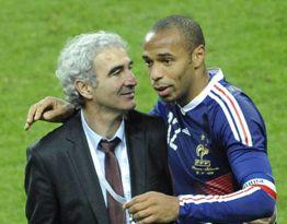 Thierry Henry festeggia con Raymond Domenech