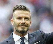 Beckham look capelli indietro baffi