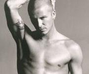 David Beckham capelli rasati torso nudo