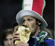 Materazzi bacia la Coppa del Mondo 2006