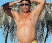 Ronaldo con la pancia in spiaggia