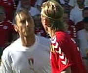 Totti che sputa a Poulsen Danimarca-Italia 0-0, Euro 2004